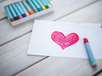 Serce narysowane dzieciecą ręką