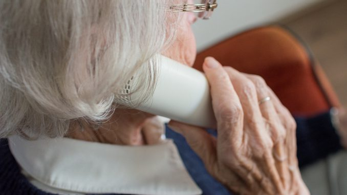 Senior ze słuchawką telefonu